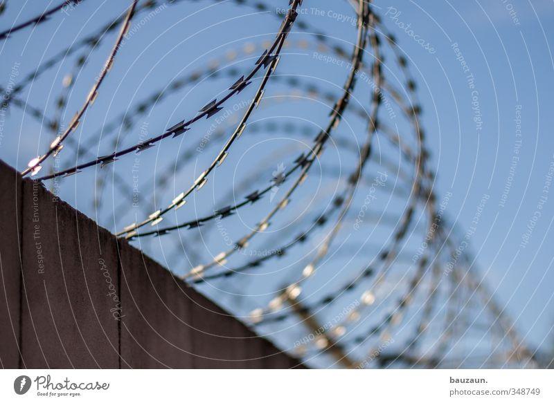 auf der mauer auf der lauer. Himmel blau Stadt Wand Mauer grau Stein Linie Metall Angst Beginn bedrohlich Sicherheit rund Schutz Fabrik