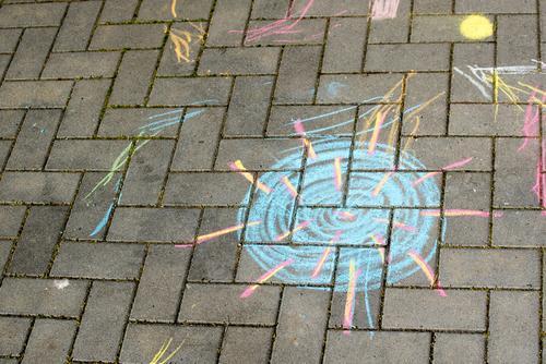 Kreidezeichnung des Coronavirus auf einem Fußweg Kinderzeichnung kindlich Straßenkunst bunt Virus Ansteckungsgefahr Infektion Infektionsgefahr Krankheit