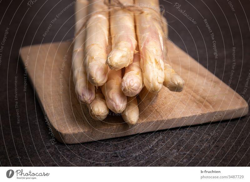 Ein Bund weißer Spargel auf Küchenbrett Gemüse Lebensmittel Ernährung Vegetarische Ernährung Gesunde Ernährung Gesundheit frisch Spargelzeit Nahaufnahme lecker