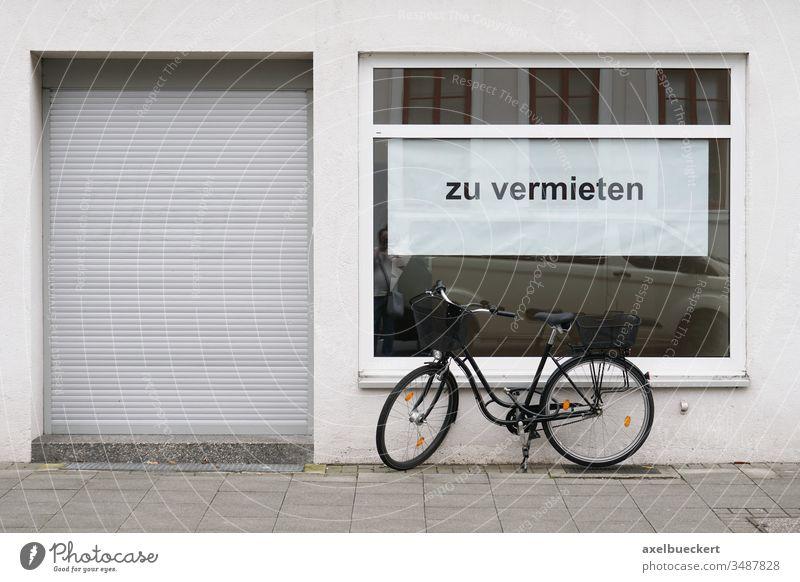 Laden zu vermieten - geschlossenes Geschäft mit Plakat im Schaufenster Schild Leerstand Einzelhandel Krise Ladengeschäft bankrott pleite Gebäude Fassade Miete