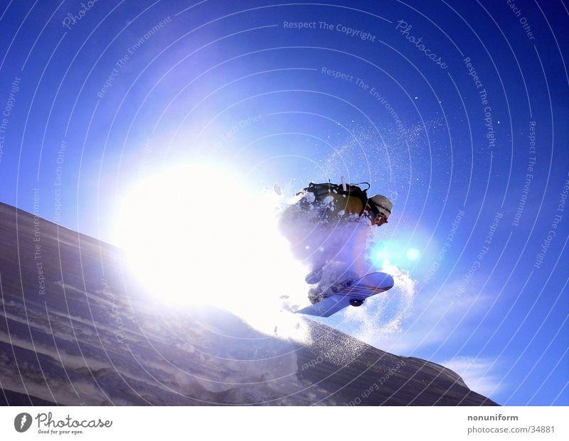 sunjump Snowboarder Dach Gegenlicht springen Sport mänlich Schnee Sonne Spung