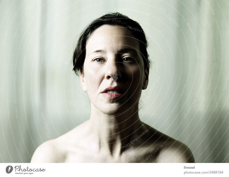 schönheit in grünen tönen, spanien Frau reif Sinnlichkeit lieblich Erwachsener Senior Schatten Licht Posen Porträt Denken weiblich Lifestyle echte Menschen