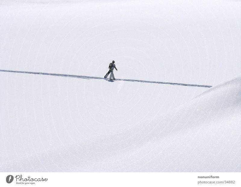 i´m walking Ferien & Urlaub & Reisen Einsamkeit Winter Schnee Sport einzeln tragen Schneelandschaft Fußgänger Berghang Wintersport Schneespur Snowboarder