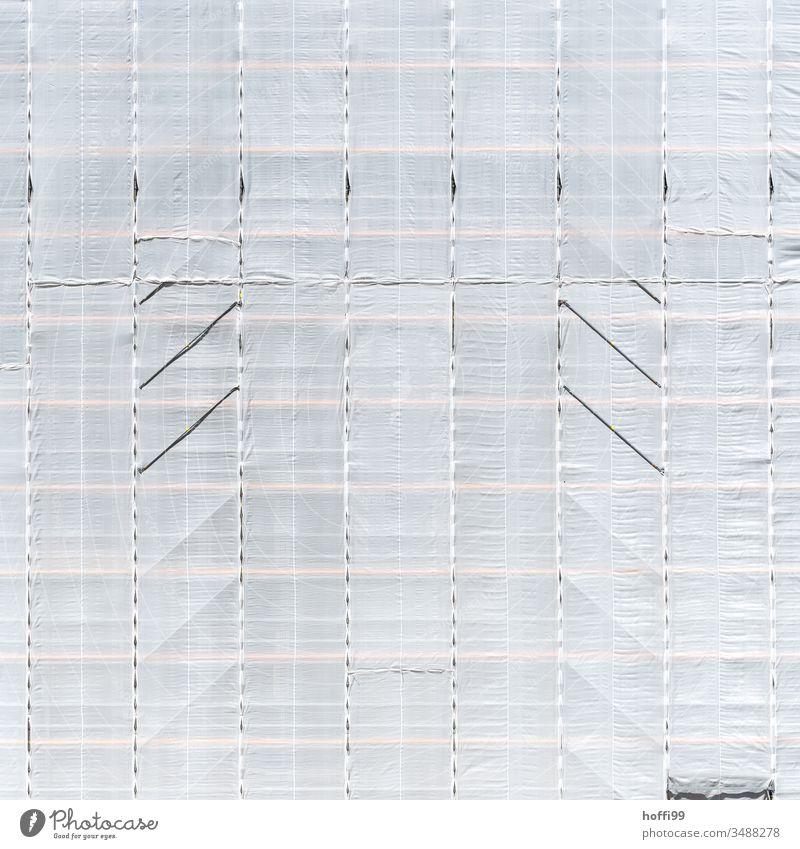 weißer Vorhang verhüllt das Gerüst - Baustellen Theater Netz Gerüstplane Gerüstnetz Sicherheit Verheimlichung Gebäude Architektur Schranke Baustellenversorgung