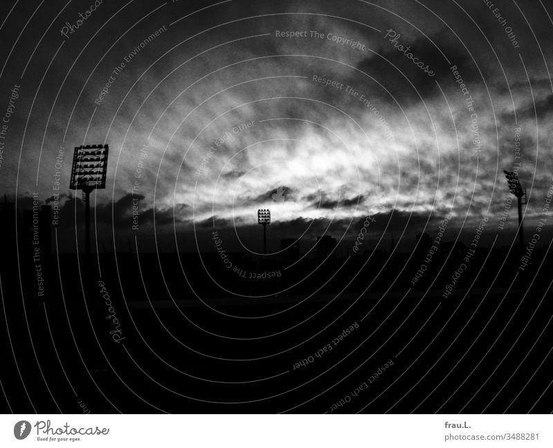 Das Unheil war über das Fußballstadion eingebrochen, selbst die Geisterfans hatten das Weite gesucht. Stadion St. Pauli Stadt Wolken Außenaufnahme Hamburg