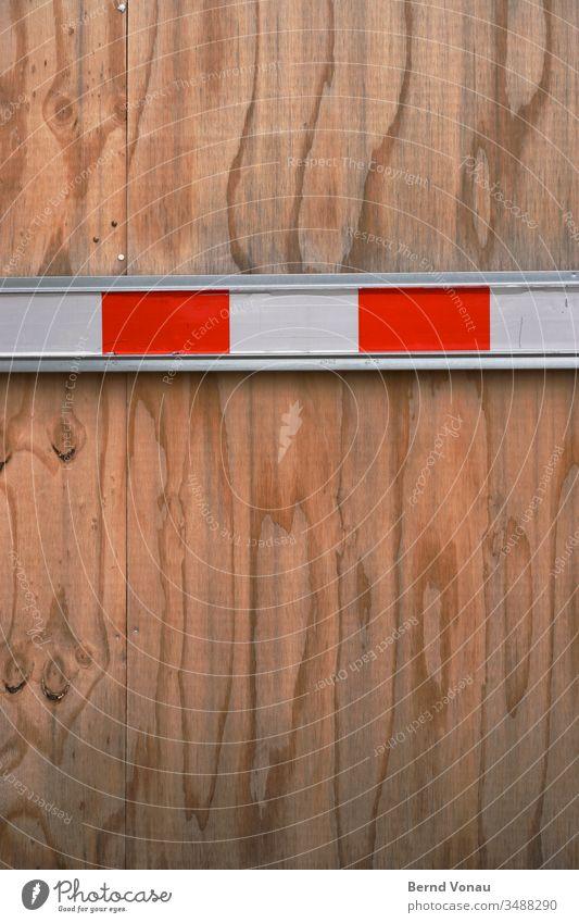 Grenze Seekiefer Holzplatte Absperrung rot-weiß Schranke Maserung Baustelle Barriere Außenaufnahme Schutz Verbote Strukturen & Formen Sicherheit Bauzaun