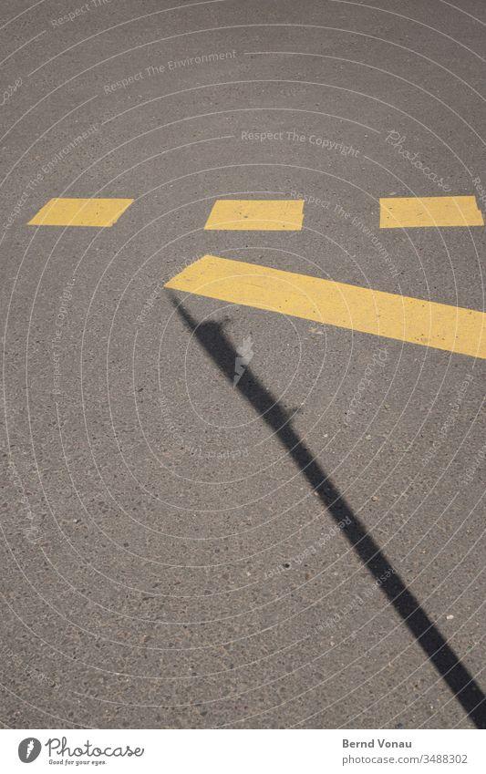 Strassenmarkierung Straße Markierungslinie gelb schwarz Schatten grau Asphalt Sonnenlicht Schilder & Markierungen Verkehrswege unten drei Rechteck Linie