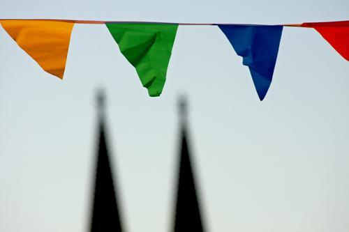 köln feiert ! Himmel blau Stadt grün rot Umwelt gelb Religion & Glaube Feste & Feiern Wind Lifestyle Dekoration & Verzierung Kirche einzigartig