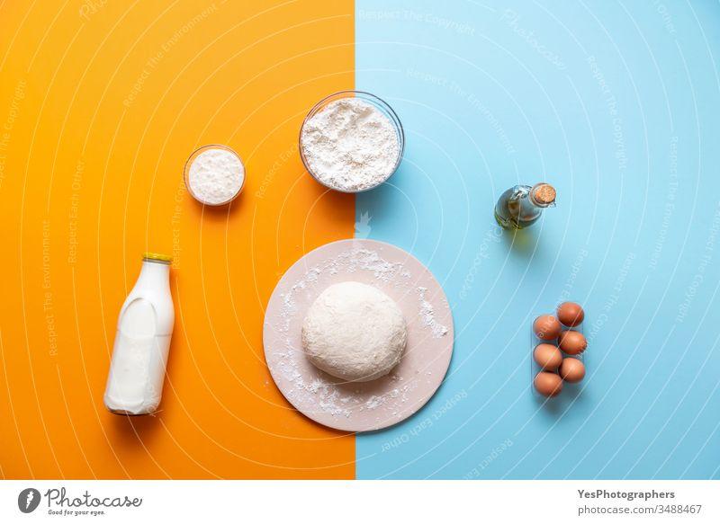 Teig- und Backzutaten Draufsicht, farbenfroher Hintergrund obere Ansicht backen Bäckerei Brot backen Backstein blau Teigwaren flache Verlegung Mehl Lebensmittel