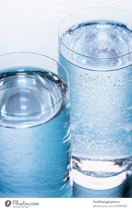 Wassergläser in Nahaufnahme. Tonic und Mineralwasser 2 Getränk Blauer Hintergrund Blasen klassisch Erfrischungsgetränk Kaltwasser cool Details Diät Trinkglas