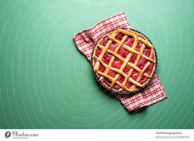 Himbeerkuchen mit einer Gitterkruste. Torte Draufsicht Amerikaner gebacken Bäckerei Beeren Kuchen klassisch Konditorei Textfreiraum knusprig ausschneiden