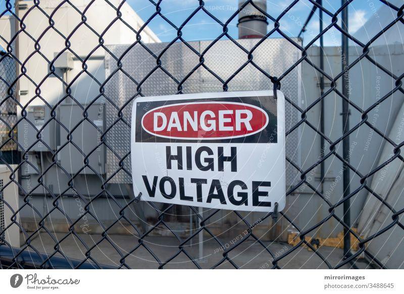 Gefahr Hochspannungsschild an einem Zaun Warnschild industriell Volt Mast Eingabe blau Linie Transformator Industrie Vorrat aktuell Übertragung Station