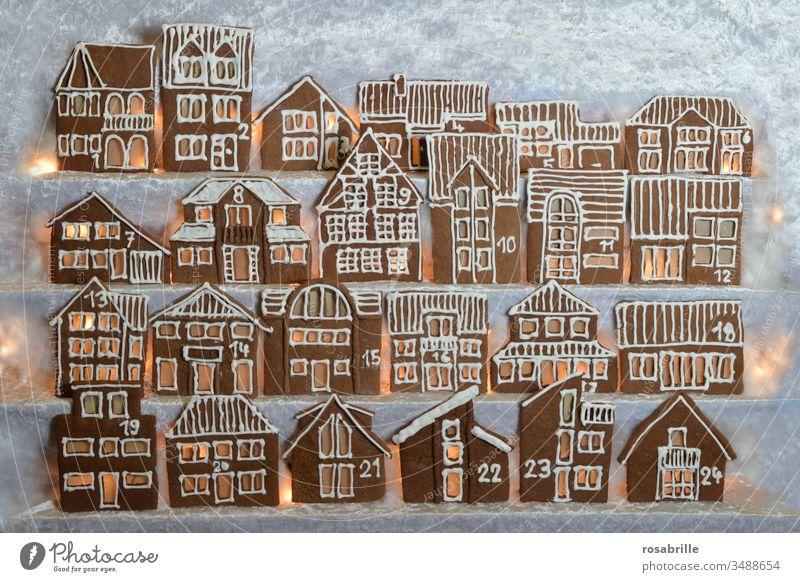 beleuchteter essbarer Lebkuchen-Adventskalender selbstgebacken aus Häuserfassaden in Reihen | Vorfreude Lebkuchenhäuser Weihnachtbäckerei Weihnachten Stadt Dorf