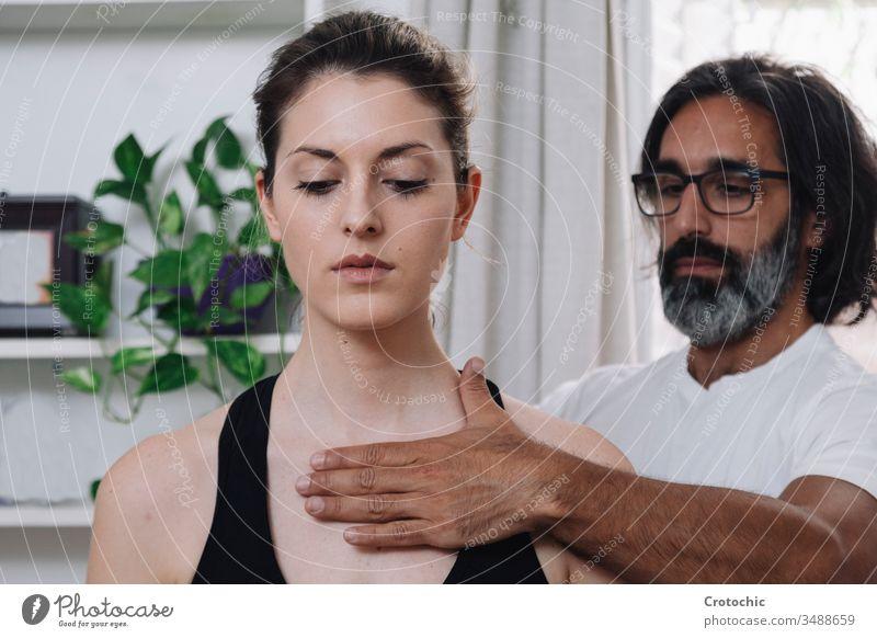 Nahaufnahme einer schönen Frau, die von einem Kinesiologen gelegt wird alternativ Aromatherapie Arthritis Rücken Wesen Körperpflege Knochen Chiropraktiker