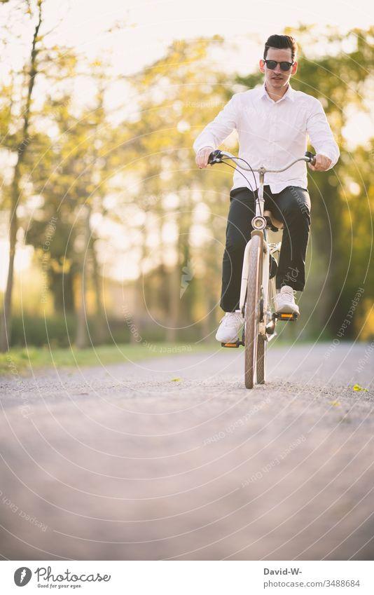 Junger Mann unterwegs mit dem Rad Fahrrad Verkehr Straße Fahrradweg fahren Verkehrsmittel Verkehrswege Wege & Pfade Fahrradfahren Bewegung Straßenverkehr