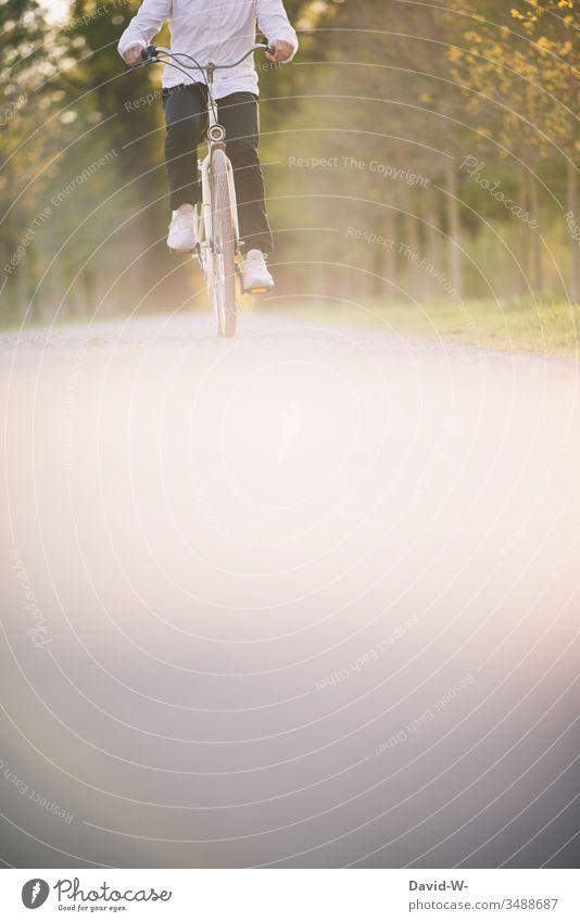 Radfahrer mit altem Fahrrad und ohne Kopf Mann fährt fahren Fahrradfahren Fahrradtour Außenaufnahme Wege & Pfade Farbfoto Bewegung Tag Freizeit & Hobby