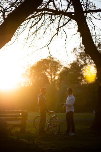 eine Pause mit dem Fahrrad machen sonnenlicht soziale Kontake Männer unterhalten sich Fahrradfahren Freunde soziale Kontakte reden Freundschaft Treffen