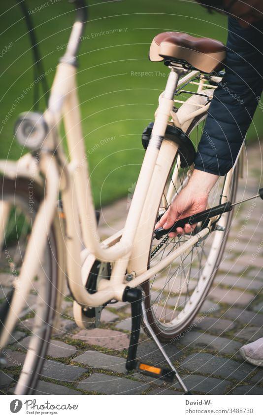fahrradfahren Mann fährt mit dem Fahrrad durch die Natur und macht eine Fahrradtour Fahrradfahren Luftpumpe aufpumpen Platten Reifen Sonnenlicht anonym