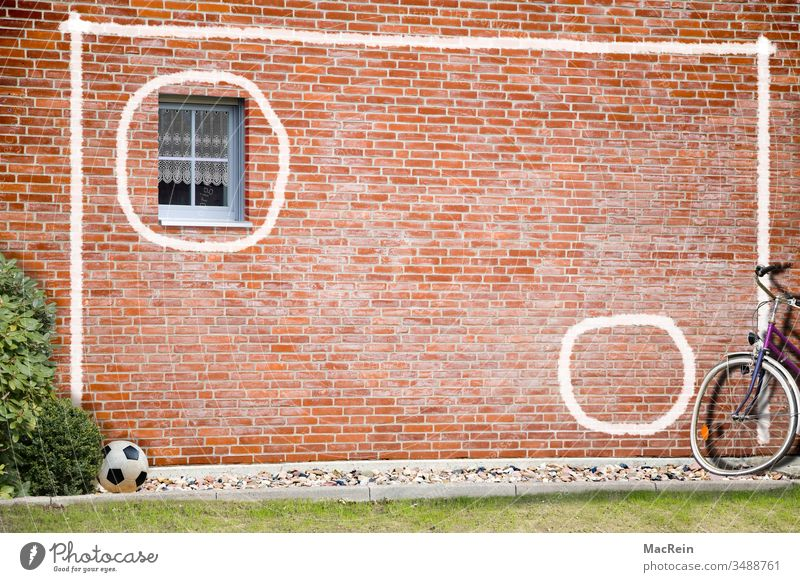 Torwand torwand fußballwand training trainieren fahrrad hauswand fenster backsteinwand bemalung aufgemalt kreidestreifen weiss niemand textfreiraum sport