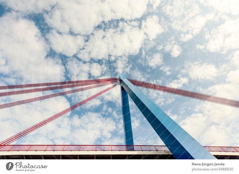 Hängebrücke über einen Fluß mit blauem Himmel und Wolken hängebrücke autobahn bach strand autos überführung straße fluß pfeiler ufer wolken verkehr transport