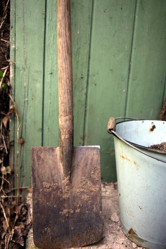 Ab ins Beet! alt Sommer Umwelt Wiese Frühling Garten Freizeit & Hobby dreckig trist Baustelle Landwirtschaft Hütte Holzbrett Werkzeug Gartenarbeit Scheune