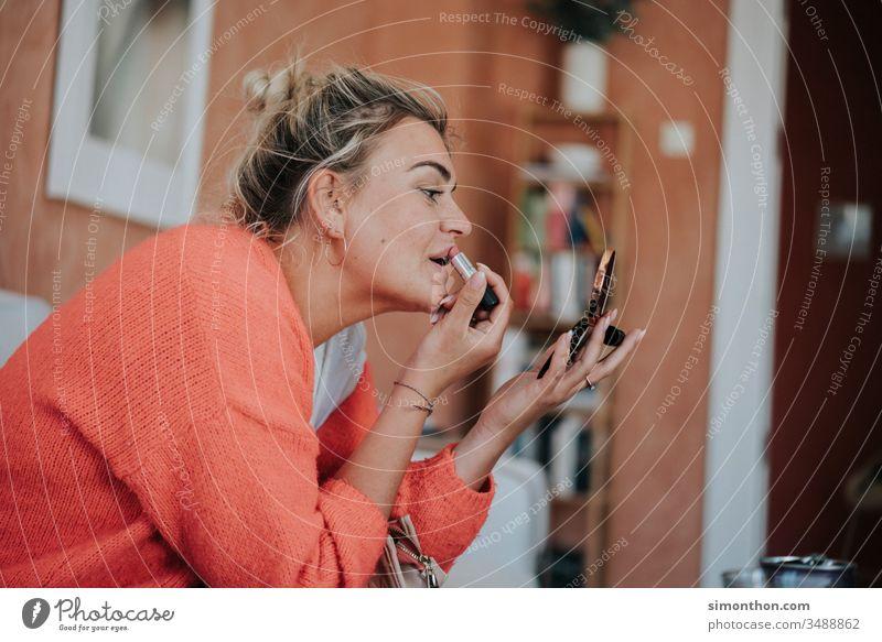 Schminken Beauty Frau Lippenstift schön Kosmetik feminin Gesicht Junge Frau Farbfoto Haut Haare & Frisuren Jugendliche elegant Stil Mund Lifestyle Schönheit