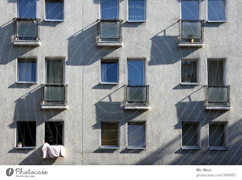 lüften Häusliches Leben Wohnung Haus Umwelt Stadt Hochhaus Gebäude Architektur Fassade Fenster grau Balkon Bettwäsche Stadthaus Nachbar Fensterscheibe
