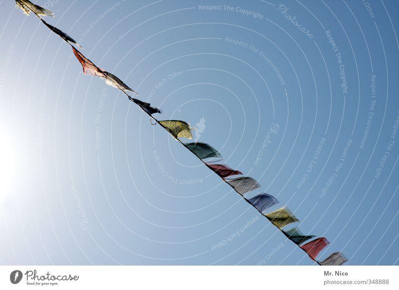 blowin´ in the wind Lifestyle Ferien & Urlaub & Reisen Tourismus Sommer Umwelt Wolkenloser Himmel Klima Schönes Wetter mehrfarbig Wind Gebetsfahnen Fahne Reihe