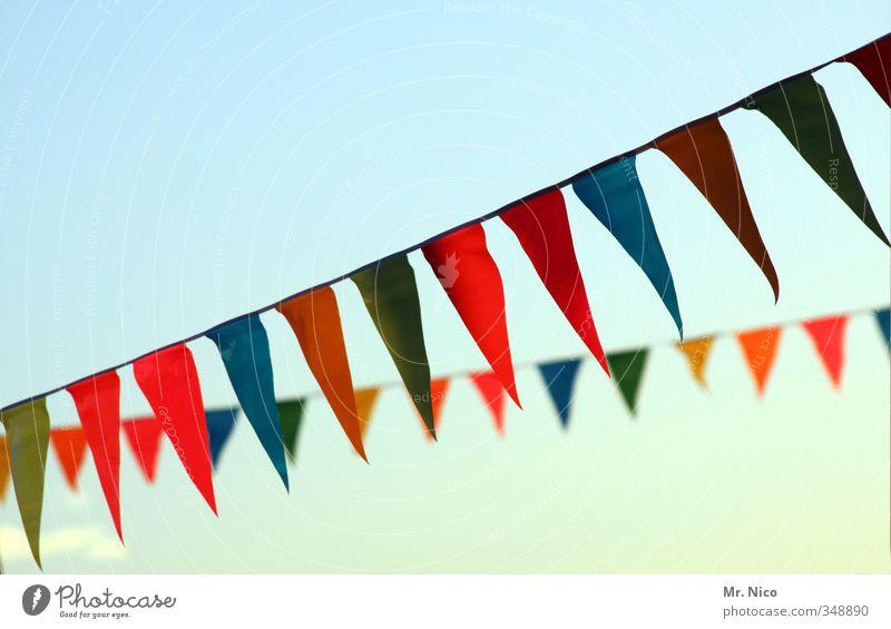 kunterbunt Lifestyle Sommer Feste & Feiern Wolkenloser Himmel blau mehrfarbig gelb grün orange rot Fahne Jahrmarkt Dekoration & Verzierung Dorffest hängen wehen