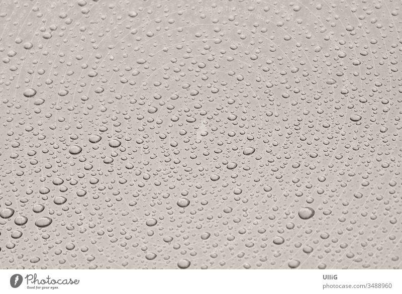 Regentropfen auf einem lackierten Metallblech - Dicke Regentropfen perlen von einem glänzend lackierten Metallblech ab. Haftung Hintergrund Perlen schön schwarz