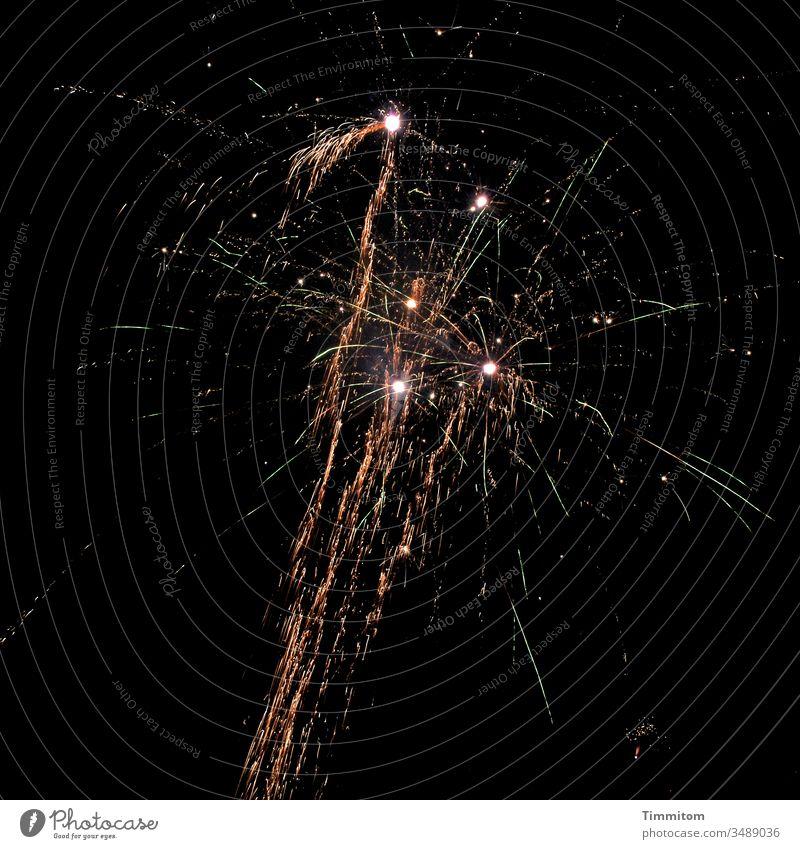 Neujahr - Foto statt Raketen Feuerwerk feuerwerk bei nacht Knall Leuchtspur Nacht dunkel Feste & Feiern Explosion Silvester u. Neujahr Farbfoto