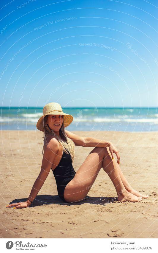 Sexy erwachsene Frau im Badeanzug beim Sonnenbaden am Strand Erwachsener Teenager blond kolumbianisch Spanien Mädchen jung attraktiv Tag stylisch elegant