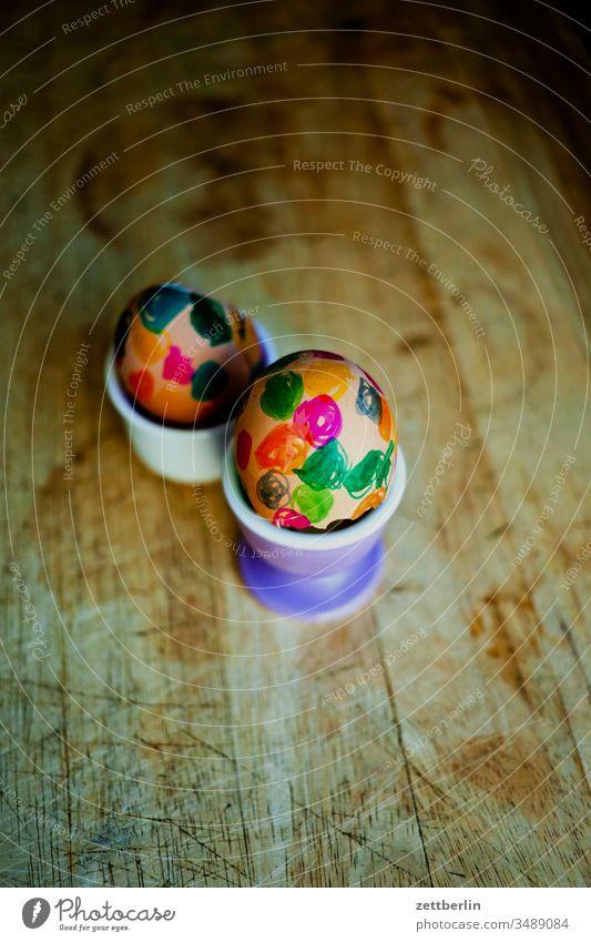 Zwei Ostereier eierbecher frühstück hühnerei osterei osterfest ostern bunt farbe holz brett holzbrett frühstücksbrett eierschale cholesterin punkt farbkringel