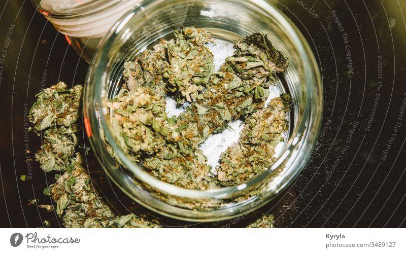 Stämme von Marihuana zum Verkauf. Medizinisches Marihuana und die Legalisierung von Marihuana in der Welt. alternativ Hintergrund Blütenknospen Knospen Cannabis