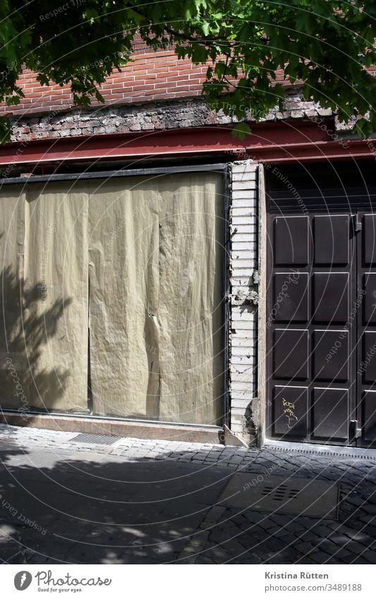 verlassenes ladenlokal geschlossen zu geschäft schaufenster abgeklebt zugeklebt fassade aufgabe aufgeben bankrott konkurs pleite geschäftsaufgabe leer business