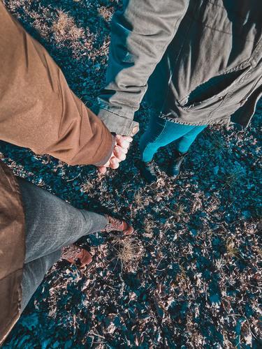 Händchen halten Händchenhalten Paar Liebe Homosexualität lesbisch Spaziergang spazierengehen Zusammensein Zusammenhalt Ehe Verliebtheit Valentinstag