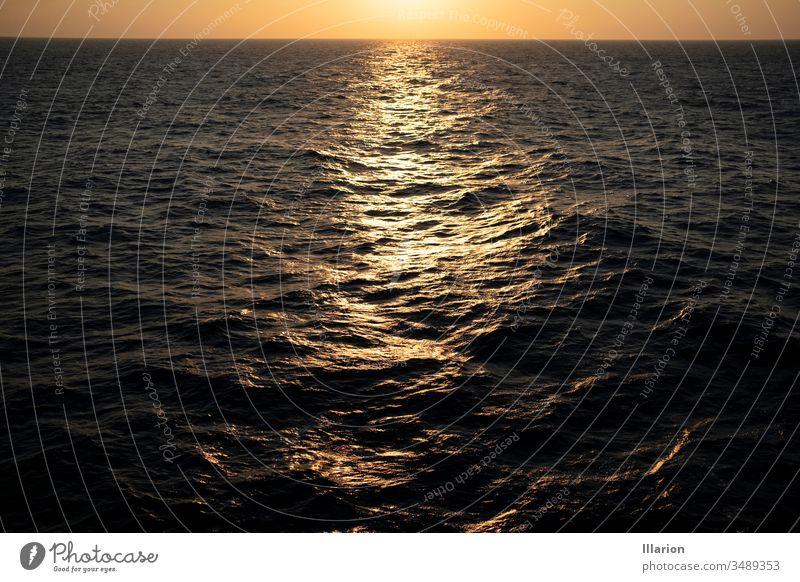 Sonnenuntergangsreflexion an der welligen See Meerwasser Seeküste Sonnenlicht Sonnenuntergang Meer Reflexion & Spiegelung Wasser Meerblick Abend MEER Himmel