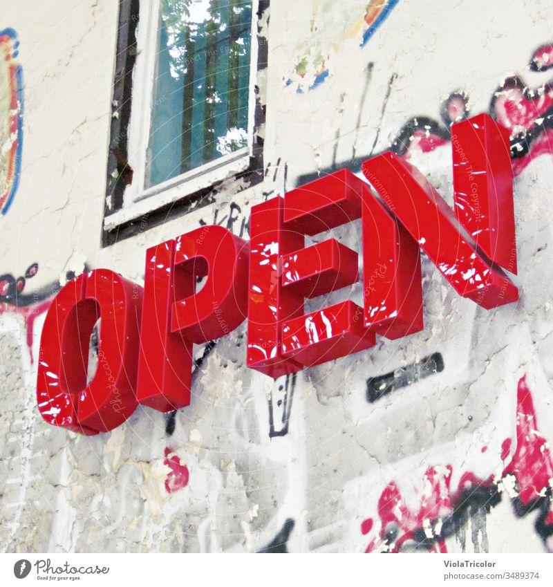 """Schriftzug """"Open"""" an urbaner Fassade open offen Außenaufnahme Farbfoto Schilder & Markierungen Schriftzeichen Wand Stadt Tag Zeichen Stadtzentrum geschlossen"""