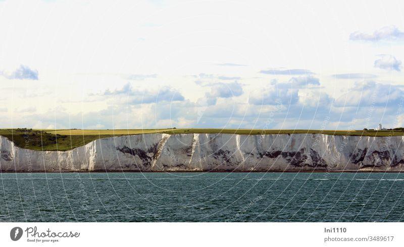 Kreidefelsen von Dover mit Ärmelkanal und am Himmel Cumuluswolken weiße Klippen Küste England Südengland Meer Großbritannien Seeweg Teilansicht Sehenswürdigkeit