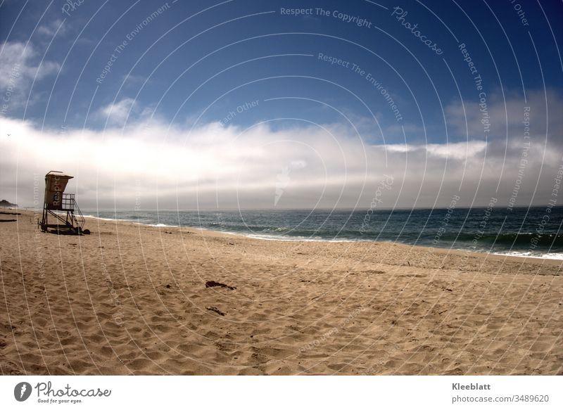 Menschenleerer Sandstrand mit Überwachungssturm Strand Meer blau Ferien & Urlaub & Reisen Erholung Einsamkeit Wolken Wellen Natur Rettungsschwimmer Sommerurlaub