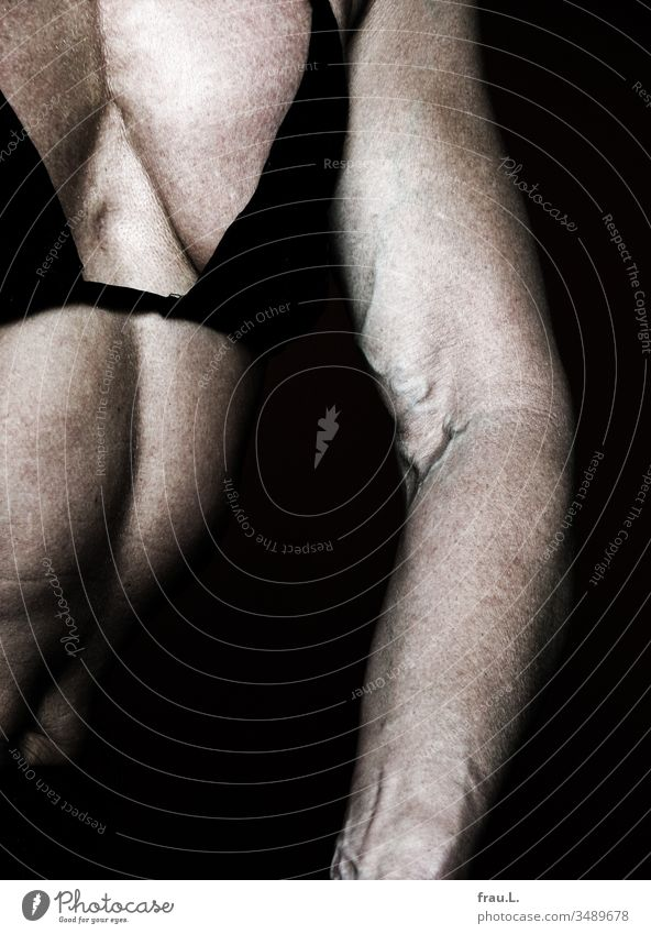 Ihr Arm ist stark, ihr Brustkorb muskulös - die Frau hat hart trainiert. Haut Oberkörper Bodybuilding Venen BH Sport Training Muskulatur Kraft Farbfoto