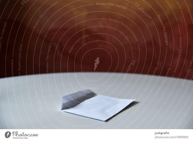 geöffneter Brief auf rundem Tisch Briefumschlag Post weiß Schatten Nachricht Sendung offen Farbfoto schreiben Papier Kommunikation Kommunikationsmittel