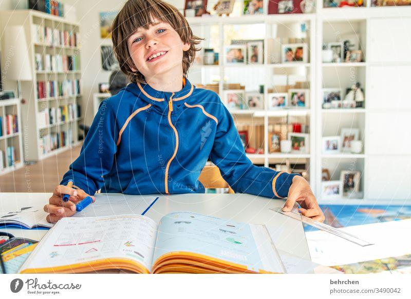 homeschooling | corona thoughts frech Farbfoto Innenaufnahme blaue augen Nahaufnahme Kind Junge Familie & Verwandtschaft Kindheit Gesicht Tag Licht Kontrast