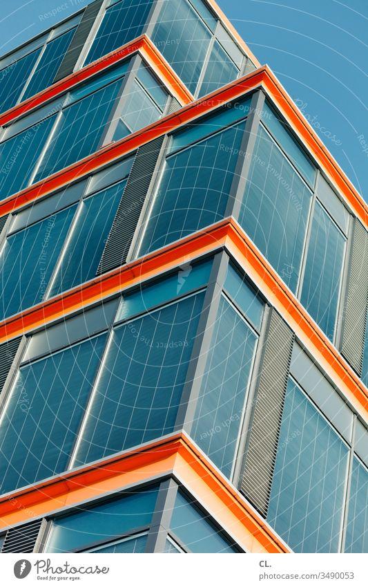 gebäude Gebäude Gebäudeteil Architektur eckig blau Blauer Himmel orange abstrakt ästhetisch modern Moderne Architektur Fassade Fenster Strukturen & Formen