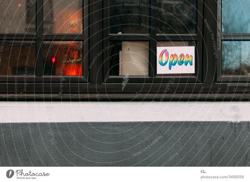 """schild """"open"""" an einem fenster geöffnet Restaurant Kneipe Veranstaltung offen Gastronomie Schilder & Markierungen Buchstaben Fenster Wand Menschenleer"""