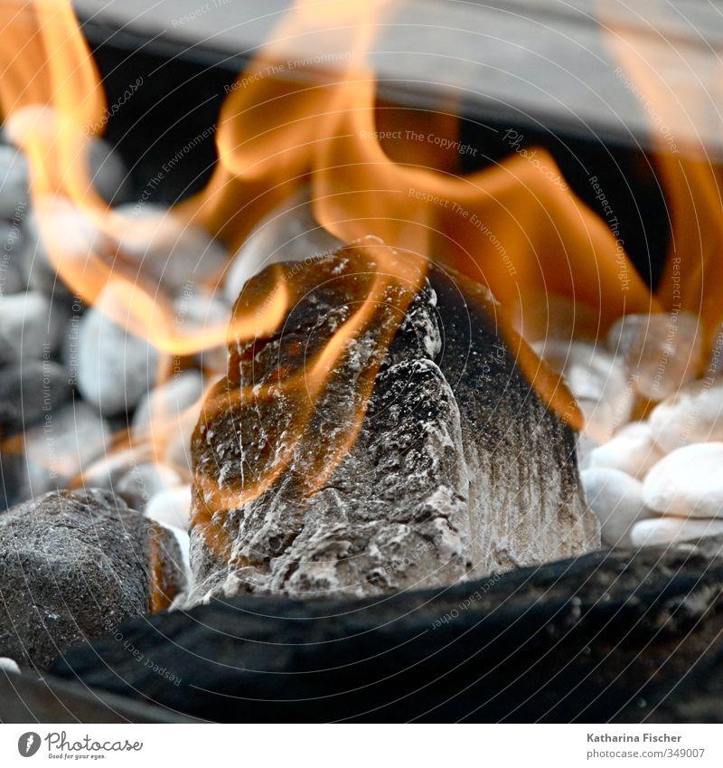 .... zum Wärmen Umwelt Urelemente Feuer Grill Stein Holz Rauch gelb grau orange schwarz weiß heiß heizen Grillen essen kochen feiern Feuerstelle Kaminfeuer