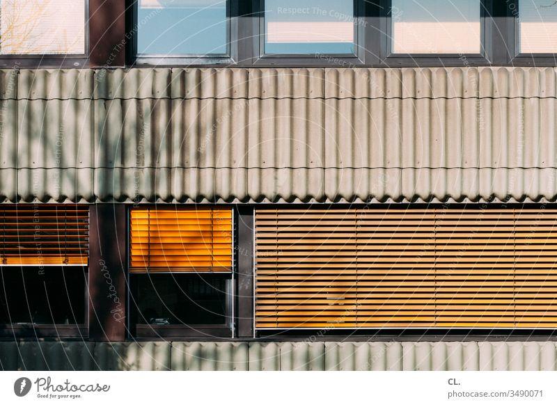 fassade Fenster Rollo gelb Fassade Sichtschutz Jalousie Haus Rollladen geschlossen Wand Gebäude Bürogebäude Menschenleer Außenaufnahme Farbfoto Tag