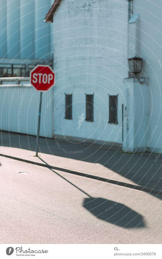 stop Stoppschild Verkehr Verkehrswege Verkehrszeichen Straße Industriegelände Gewerbegebiet Sicherheit Stillstand Straßenverkehr Verkehrsschild Wege & Pfade