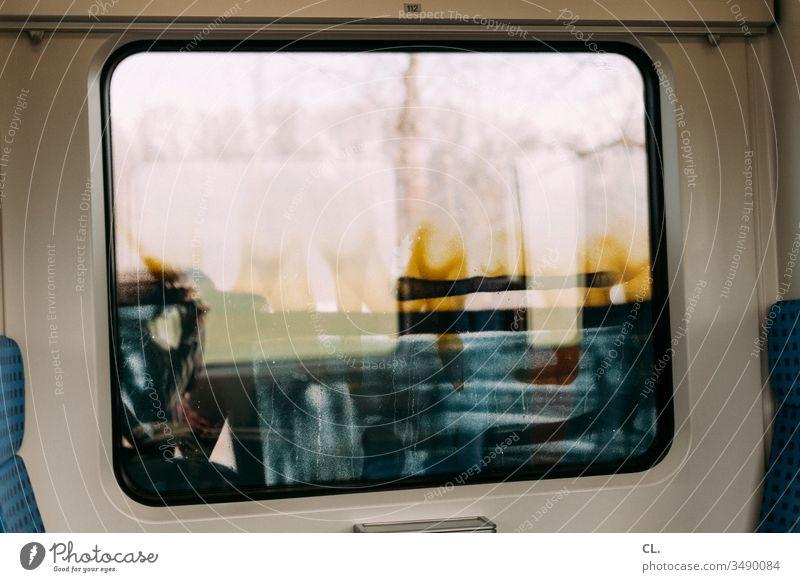 in der s-bahn Bahnfahren dreckig Graffiti Fenster Sitze Öffentlicher Personennahverkehr Verkehrsmittel Schienenverkehr Schmiererei ausblick S-Bahn Farbe