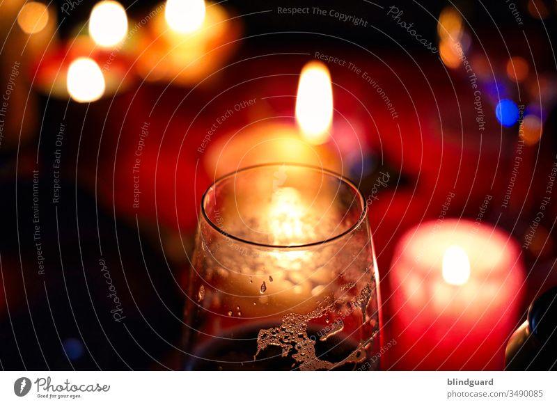 Romantic Beertasting Glas Bier Getränk Pause Ruhe Genießen Genuss Schaum Lerzen Romantik Licht Wärme Weihnachten Alkohol trinken genießen Farbfoto